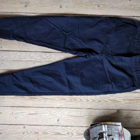 Sælger mine bukser fra Zanerobe.  Carrot fit Navy blå farve En smule cropped Størrelse 34 i livet  Kan hentes i Aalborg eller sendes med DAO (køber betaler for fragt)
