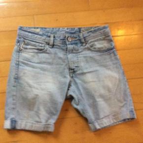 Varetype: Shorts Størrelse: 28# Farve: Cowboy Oprindelig købspris: 500 kr.  Flotte og velholdte ingen slid udover det de er købt med.  Livvidde 2*39   #30dayssellout
