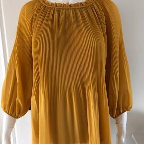 Smuk bluse med flotte detaljer fra DEFINE. Aldrig brugt. Kun taget prismærket af.  Nypris var 400,- kr.