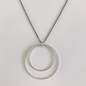 Smuk lang halskæde fra Friihof Siig Aldrig brugt. Æske medfølger Længde på kæde 80 cm Vedhæng 4 cm