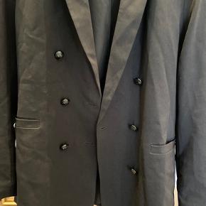Flot sort blazer fra H&M, aldrig brugt, str 40 - fede knapper på begge sider.  Bytter ikke. Kan afhentes i Søllerød eller sendes med DAO :-)