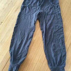 Varetype: bukserStørrelse: 6år Farve: Blå  Dejligt bløde bukser i jeseystof. Der er lidt fnuller i stoffet, men der er hverken huller eller pletter! :)