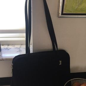 Sort kontor taske i nylon, med mange rum. Mærke Capriccio Collection  Fra ikke rygere hjem