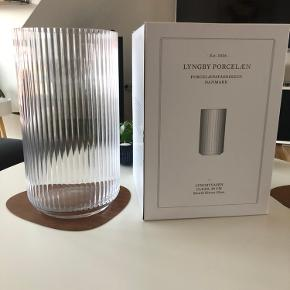 Klar mundblæst glas vase 38cm   Aldrig brugt og stadig med original emballage   Sælges da jeg ikke får den brugt.  Nypris 1600,- Sælges til 650,-  Sender ikke da den vejer 4kg uden emballage