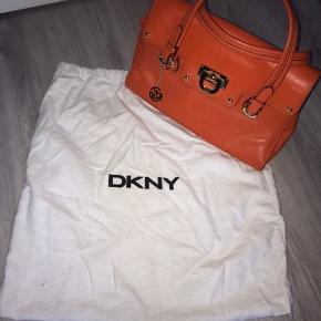 Sælger denne smukke orange taske fra DKNY den er aldrig brugt, np 2000kr. Sælges for 400kr. :) byd