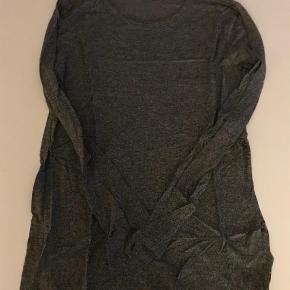 Varetype: Langærmet T-shirt Farve: Grå Oprindelig købspris: 800 kr.