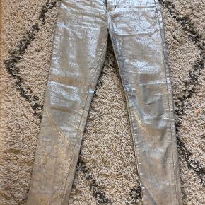 Virkelig fede jeans med stretch - sølv. Fejler intet. Ikke ryger ikke dyre hjem.