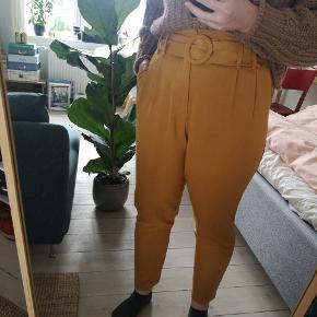 Senneps farvede habbitbukser fra Zara med bælte i taljen. Brugt få gange og fejler intet.