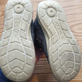 Skoene er slidte og farven er lysnet af sol og slitage. Sål og bund i fin stand og kan  klare nogle flere kilometer