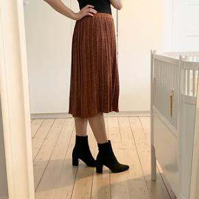 Fineste bløde nederdel med glimmer detalje. Desværre aldrig fået den brugt.
