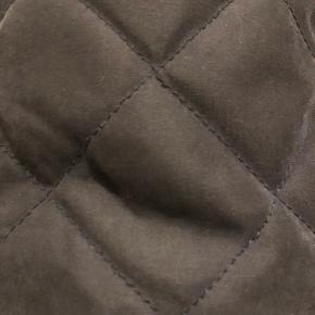 - Kviltet bomberjacket med lommer - elastikkant ved taljen og ærmerne  - God kvalitet, som holder på varmen.   BYD 🌸