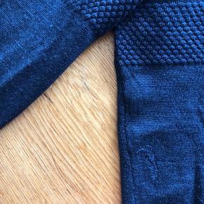 Den klassiske herre strik fra Samsøe Samsøe. Mit små i Str. så passer en XL. I meget god stand men har haft et lille hul som er blevet fixet af en skrædder. Se billede
