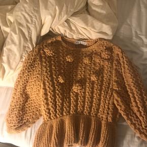 Blusen er brugt få gange, det er en strik bluse i sol gul. BYD gerne