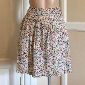 a69b5342979c Varetype  Nederdel Farve  Multi Oprindelig købspris  699 kr. Fantastisk  nederdel i originalt