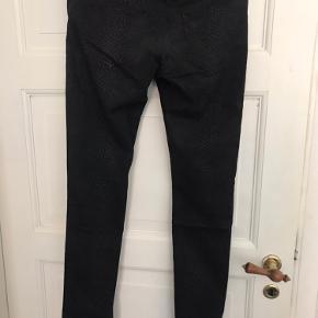 Strech jeans med diskret leopard print. Super behagelige.