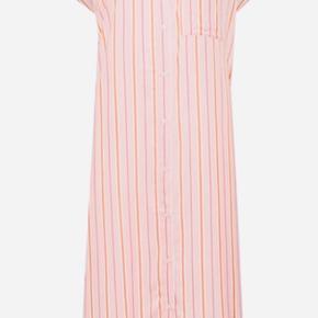 Super fin kjole / skjorte i viskose. Stor i størrelsen - kan bruges både åben og lukket.