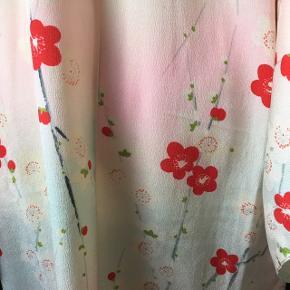 Kimono Smuk i sart rosa og beige og røde valmuer. Hvid sjalskrave.  Passer en str. large.