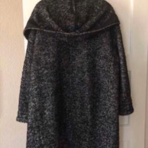 Fejlkøb. Lækker og rummelig uldfrakke (72 % ren uld) med hætte og trykknapper. HELT ny🌸 Prisen er fast. Længden er 99 cm.