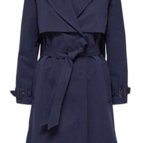 Selected Femme overgangsjakke i navy/mørkeblå.  Brugt 2 gange. Ingen fejl, så ser ud som ny. Nypris 1500
