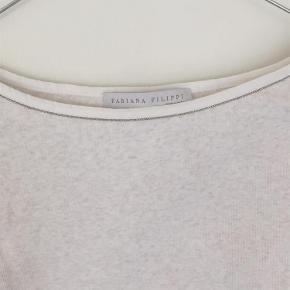 Varetype: t-shirt Farve: Hvid og creme  Tror aldrig den har været brugt. Sender med DAO. 94% bomuld 6% lycra
