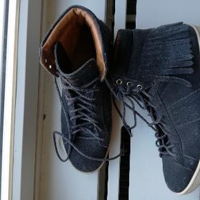 fede ruskinds sneakers fra saint laurent. nul bytte. røg frit samt dyrefrit hjem.