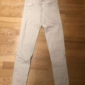 Bukserne har en lille grøn plet, på højre side lige over knæet, som ikke kan komme af. Men man ligger ikke mærke til den.   Bukserne er hvide i str. 25/30.
