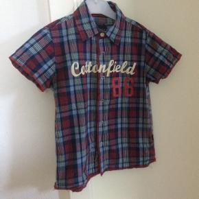 Kortærmet Cottonfield skjorte i fine farver. Både fin til hverdag og fest. Ingen pletter/huller. Fra ikke ryger hjem