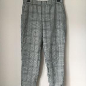 Super lækre bukser med lille opslag. Der er elastik i taljen bagpå og almindelig linning foran. Sidder godt.