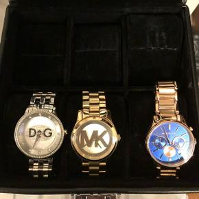 Sælger disse lækre ure, da jeg ikke går med dem. Der er alm brugstegn på og kun batteriet skal skiftes, ellers fungere de som ny.  Kvittering hr jeg desværre smidt ud men æskerne medfølger selvfølgelig :)  derfor den lave pris :)  400kr stykket Byd gerne
