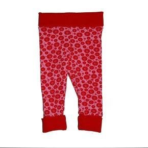 Brand: Eget design - Vibserarius Varetype: Bukser/leggins med blomster Størrelse: 62 og 68 Farve: Pink og rød Denne vare er designet af mig selv.  Fra egen produktion:  Bukser med super pasform. Strækstoffet er blødt og behageligt at have på. Den brede ribkant foroven og i buksebenene giver mulighed for at variere længden på bukserne, og gør det nemt at give barnet bukserne på.  Materialerne er bomuldsjersey og bomuldsrib. 95 % bomuld og 5 % elasthan. Jerseystoffet er Øko-Tex 100 certificeret.  Det anbefales at vaske tøjet ved 30 grader og undgå tørretumbling.  Se også mine andre annoncer med børnetøj.  Venlig hilsen  Vibserarius