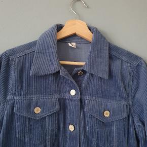 Fineste fløjl jakke fra Mango. Brugt en enkel gang i et par timer.  Skal den sendes, betaler køber fragt 💙