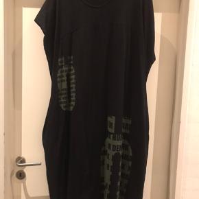 Total lækker Jersey kjole i bomuld med stræk fra N+  Den har lommer i siderne