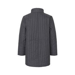 Quilt Chilini er en kviltet lang jakke til børn. Udover en løs pasform har Chilini en hævet krave, to sidelommer, lynlåslukning og forsegling med knaplukning fortil. Jakken er lavet i 100% polyester i et kviltet mønster. Størrelsesguide LANG CA74 CM BRYST CA 92 CM