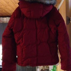 Lækker varm vinterjakke  brugt 2 gang er som ny  Spørg for mere info