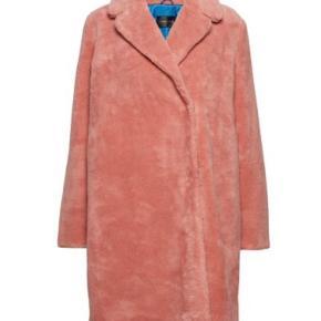 Fedeste pelsfrakke fra Stine Goya i lyserød med blå for.