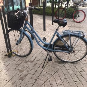 Fin blå dame cykel fra mosquito. Den har ikke nogle papirer. Da den er købt på politi aktion i sommers. Men fik en ny cykel, så jeg har ikke rigtig brugt den. Den kostede 600kr på aktion, men byd endelig eller skriv om flere billeder. Befinder sig i Aalborg