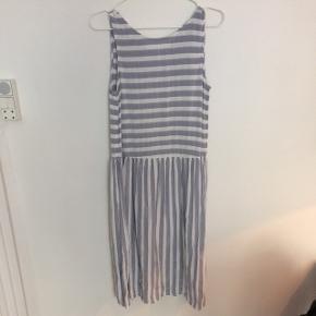 Fineste grå og hvid stribede kjole fra Vero Moda str S. 100 % viskose.   køb 3 og betal for 2 på alle mine annoncer (den billigste er gratis)