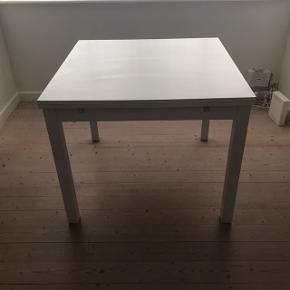 Bordet har en lille skræmme på kanten