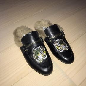 De fineste loafers med pels fra Steve Madden ❤️ De er sorte med guld detaljer og pels, og selvfølgelig også den fine tiger der kan ses på billederne  Nypris var 1200 og derfor er de 600 en fast pris, da de er gået med MAX 2 gange