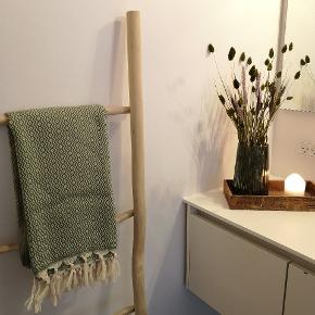 Kender du de store lækre tyrkiske Hammam håndklæder i vævet økologisk bomuld med miljørigtig indfarvning? De er fantastiske at tørre sig i og tørrer nemt.  De kan bruges som håndklæde, strandhåndklæde, lille tæppe og tørklæde.  Måler: 100 * 180cm  Vi har mange fine farver.  Gratis fragt ved køb af 499kr Sender gerne med DAO som forsikret pakke