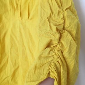 Kun brugt én gang!   Fin gul skjorte t-shirt i 100% bomuld med de fineste ærmer.   Kan sagtens sende billeder af den dampet, så den ikke er så krøllet ;)  Dampes selvfølgelig inden den bliver sendt.
