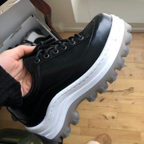 Sælger disse sko fra H&m x Eytys samarbejdet. Jeg kan ikke passe dem, og de har kun været på i få timer. De fremstår helt nye.   Se mine andre annoncer! Prisen kan umiddelbart ikke forhandles.  Nypris er 999,- og de er helt nye.