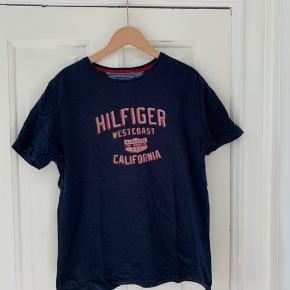 Blå Hilfiger tshirt i str. xl. Den er brugt men uden tegn på det. Altså i god stand.