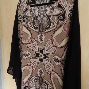 Charlotte Sparre XL (44-46) silke bluse, tunika eller kjole med sorte batwing ærmer, er super flot! Brugt 1 gang, stort set som ny