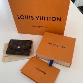 Sælger denne rosalie coin purse fra Louis Vuitton   Købt 1/8 ALT medfølger  Fejler intet  Mp 1900   Skriv for flere billeder