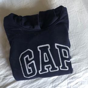 Marine blå GAP hoodie, str. M men de er små i str. så svarer til en str. S :)