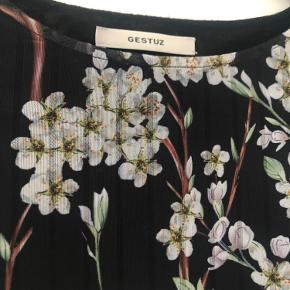 Skøn kjole som både kan bruges med og uden strømpebukser. Skønne detaljer med elastik i livet.
