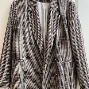 Skøn uld blazer i tern. Lidt oversize i modellen.