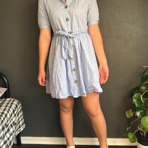 Flot og sød kjole fra sisters point, kun brugt få gange. NB: kjolen er meget krøllet og er derfor længere end hvad man kan se på billedet. Kostede 400 kr fra ny