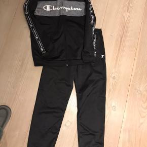 Bukserne er aldrig brugt. Trøjen er brugt få gange. Det er str. L ( 11-12 år)